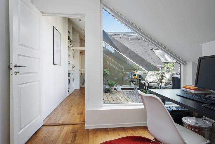 最上階のメゾネットハウスのバルコニーに作り込まれた屋外リビングスペースをサイドのベッドルーム側から