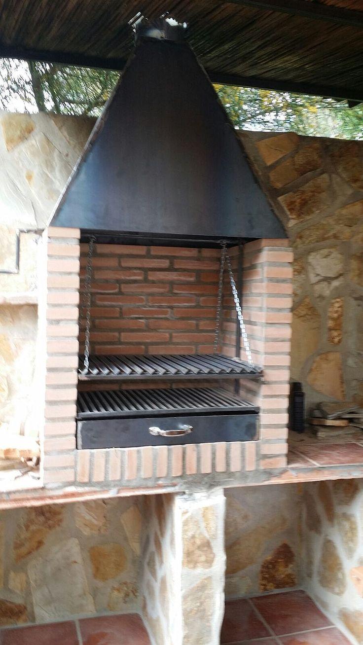 Barbacoa de carpinteria metalica de hierro, campana y sistema de parrilla.