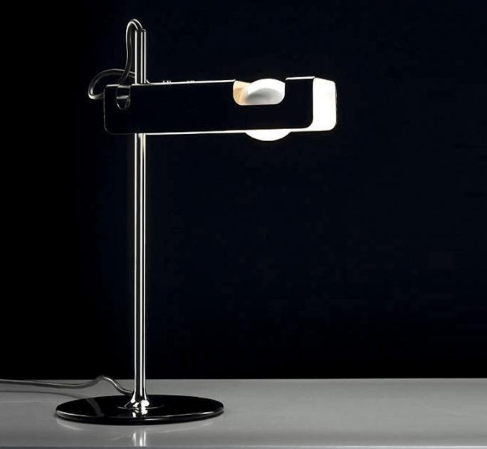"""Lediglich ein Metallreflektor, eine Glühbirne und ein verchromter Ständer – mehr benötigt die """"Spider""""-Tischleuchte nicht. Und das, obwohl die Leuchte schon 1966 vom italienischen Designer Joe Colombo entworfen wurde. Damals wie heute eine schöne Lösung: Das Kabel wird durch den Leuchtenständer nach unten geleitet – so wirkt ihre Form stets aufgeräumt."""