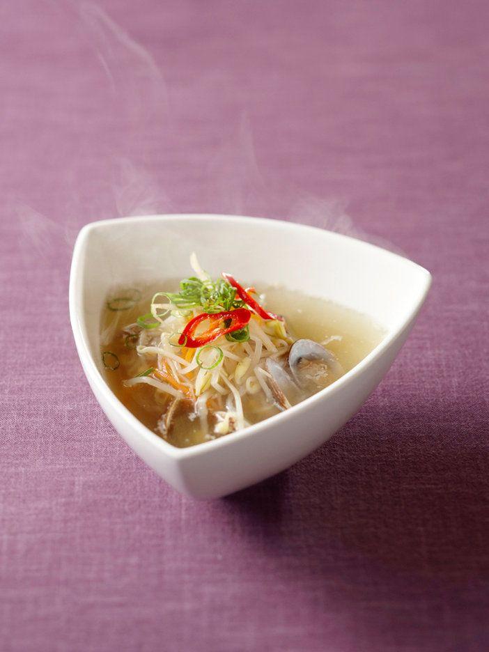 ビタミンCを豊富に含む発芽野菜の豆もやし(=コンナムル)は、風邪を引きやすい冬のスープにぴったり。韓国では朝にこれをいただいて体調を整える、優しい味わいのスープ。|『ELLE a table』はおしゃれで簡単なレシピが満載!