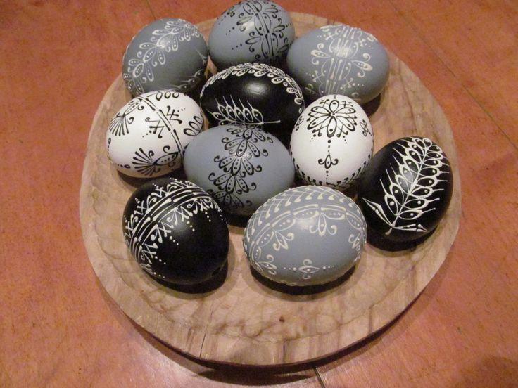 10+kraslic+v+odstínu+šedá,+černá,+bílá+Deset+kraslic+v+moderní+barevné+kombinaci+šedá,+černá,+bílá,+malované+voskem.+Na+přání+Vám+připravím+jakoukoli+jinou+barevnoukombinaci+podle+Vašeho+výběru.
