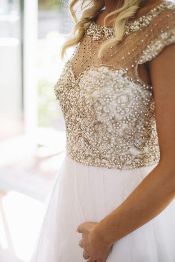 Una falda liviana y detalle en el bodice de este vestido de novia para una boda en la playa.
