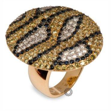 Ένα απίστευτα εντυπωσιακό δαχτυλίδι σε χρυσό Κ14 με δεμένη όλη την οβάλ καμπυλωτή επιφάνειά του από λευκά, μαύρα & χρυσά ζιργκόν σε στυλ κόμπρας. #κομπρα #ζιργκον #χρυσο #δαχτυλίδι