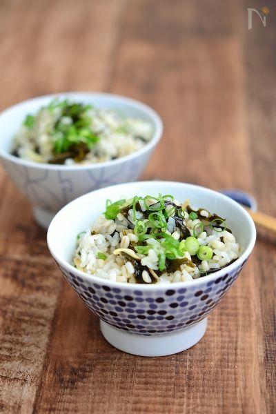 もち麦のプチプチ食感が感じられ、生姜がきいてさっぱり。食物繊維が豊富な健康ご飯です。