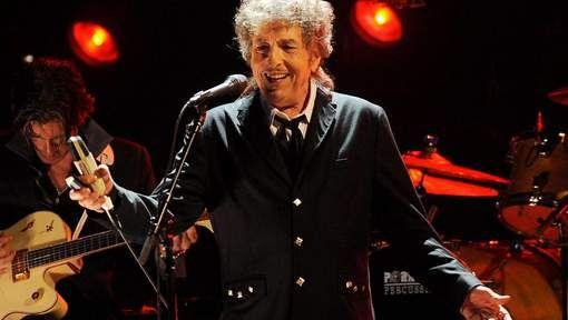 """De Amerikaanse singer-songwriter Bob Dylan gaat zijn Nobelprijs Literatuur niet ophalen in Stockholm. Dat maakt de Zweedse Academie bekend. Eerder verklaarde Dylan nochtans dat hij ging proberen om aanwezig te zijn op de Nobelprijsceremonie op 10 december. Maar hij heeft """"andere verplichtingen"""", luidt het nu."""