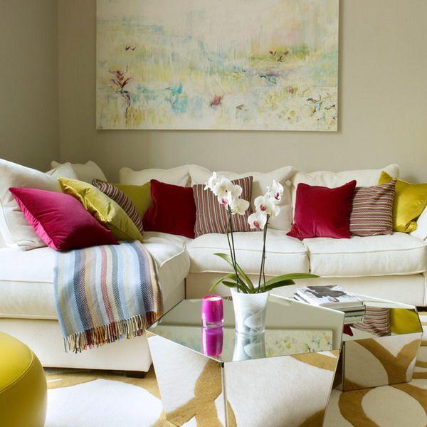 Как выбирают декоративные подушки опытные дизайнеры. Какой акцентный цвет подойдет для подушек на диван в гостиную. Как сочетать с другими элементами.