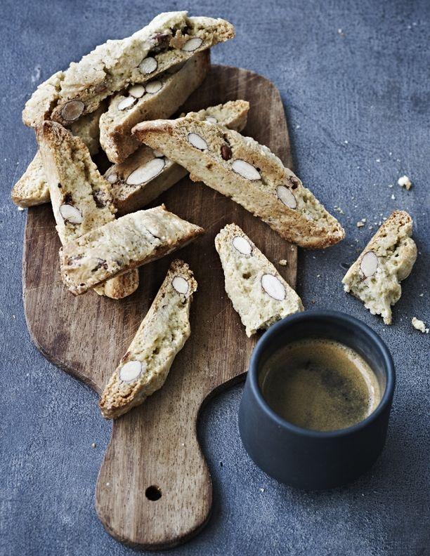 De små, sprøde biscotti er perfekte til en god kop kaffe, ligesom italierne gør det. Biscotti er små italienske mandelkager, men i denne version har de fået et skud anis, der giver en perfekt lakridssmag.