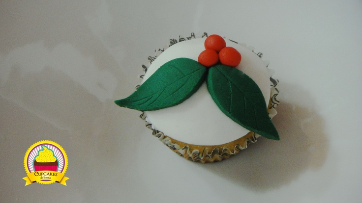Cupcake de vainilla decorado con una hoja de navidad, perfecto para las fiestas del 24. by cupcakes de la casa