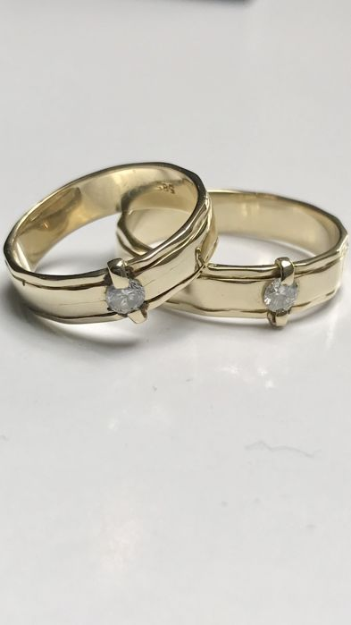 14 kt Geelgouden trouwringen met briljant geslepen diamanten. Totaal 0.27 ct- Ringmaat 17.5 en 21  Set van 14 krt gouden ringen met briljant geslepen diamantenRingen zijn geelgoud.Herenring maat 21 (66) met Ca 015 crt Pique - Wesselton 49 gramDamesring maat 175 (55) Ca 012 crt Pique - Wesselton 4 gramBeide ringen zijn ca 5 mm breed Ringen zijn op aanvraag op juiste maat te maken tegen kleine vergoedingRingen zijn gekeurd 585 Zie foto's voor goede indruk.Wordt verzekerd verzonden in luxe…