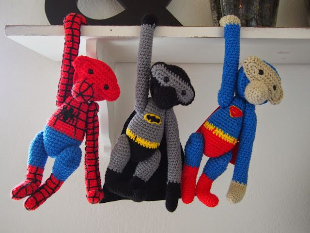 Spiderman, batman og superman hænger nu på ræd og række. De er lavet ud fra den berømte Kay Bojesen opskrift. Og så har jeg bare tryllet opskriften om til superhelte. Da det skulle være en superhelte