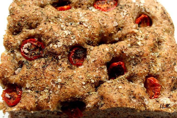 Fullkorn foccacia er alltid en slager! Med litt god hjemmelaget aioli til så blir det fullkommet  Her til en stekepanne. Finn frem: 25 g gjær (1/2 pk tørrgjær) 5 dl vann 6 dl hvetemel 4 dl sammalt grovt hvete eller rug 1 ts salt ca6-7 ss olivenolje ca 7-8 cherrytomater 1ss timain 1 ts …