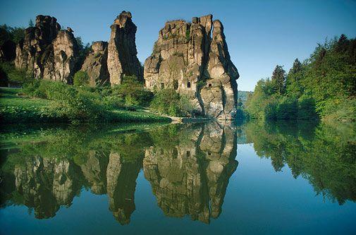 Gipfeltreffen: die Externsteine, eine 70 Millionen Jahre alte Sandsteinformation im Teutoburger Wald (Foto von: Heinz Wohner/LOOK-foto)