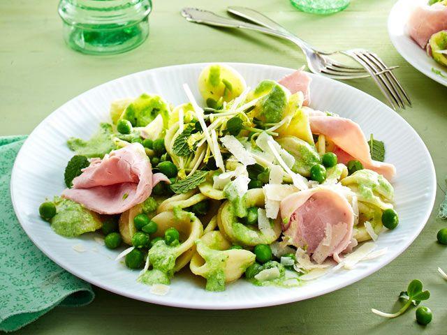 Frühlingspasta vom Feinsten: Jetzt kombinieren wir Nudeln mit Erbsen, frischem Spinat, Radieschen, Spargel und Rhabarber. Lass dich inspirieren!