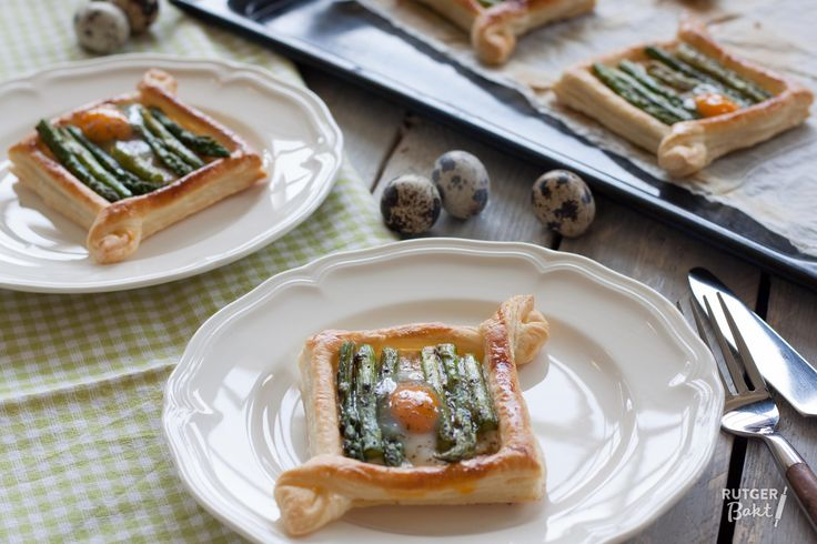 Bladerdeeg tartelettes met groene asperges en kwarteleitje – recept en video