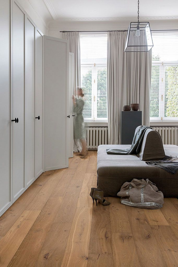 Quickstep Palazzo Cinnamon Oak Extra Matt is a wood in all its glory. Each plank is 19cm wide and 182 cm long, which makes them perfect for a spacious room. The boards are bevelled on all sides for a really distinct look which highlights the varied, rustic grain with its knots and checks. This floor comes with a lifetime warranty to let you enjoy your floor for as long as possible.