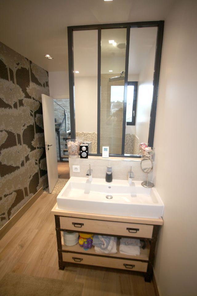 dans cette salle de bains la verrire dintrieur spare lespace meuble - Verriere Salle De Bain Castorama