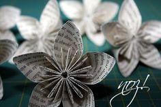 Basteln wir uns erste Papierblumen. Benötigt wurde ein altes Buch, ein Cutter, eine Schneidematte und das Patchworklineal. Und Geduld!!! Denn diesmal dauert es ca. 80-100 Minuten. Wer seine Blumenkugel farbig gestalten möchte, muss die Blätter vor dem Ausschneiden/Ausstanzen noch bemalen … weiterlesen