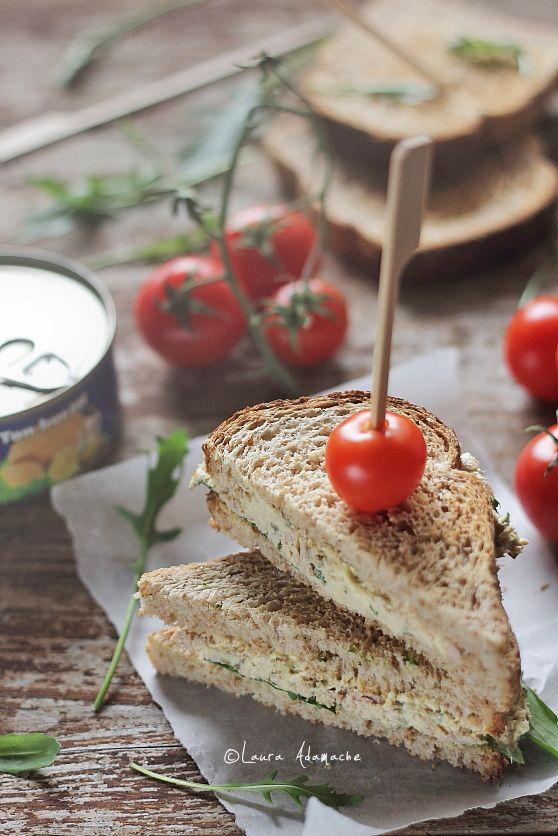 Salata de ton - mod de preparare. Reteta salata de ton cu capere si maioneza dietetica. Sandwich cu salata de ton si rucola. Reteta salata.