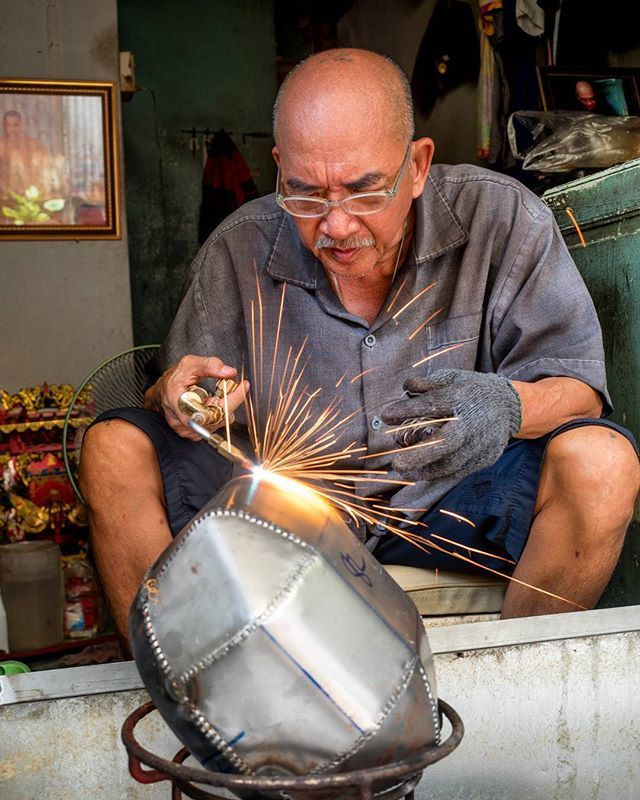 Day No. (lost track of time) - Monks Bowl making in Bangkok  On the last days of my trip, I had the chance to visit some of Bangkoks most authentic areas as part of a Tour  with Bizarre Bangkok Tours. If you are looking for a memorable experience off the tourist path, you cannot find elsewhere, I can highly recommend a Tour with www.bizarrebangkoktours.com @bizarrebkktours  Here in Ban Batt this man was very proud to show us the different working steps to make a handmade monk bowl…