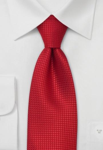 Cravate rouge avec quadrillage. Soie 100%, 147 cm longue et 8,5 cm large.