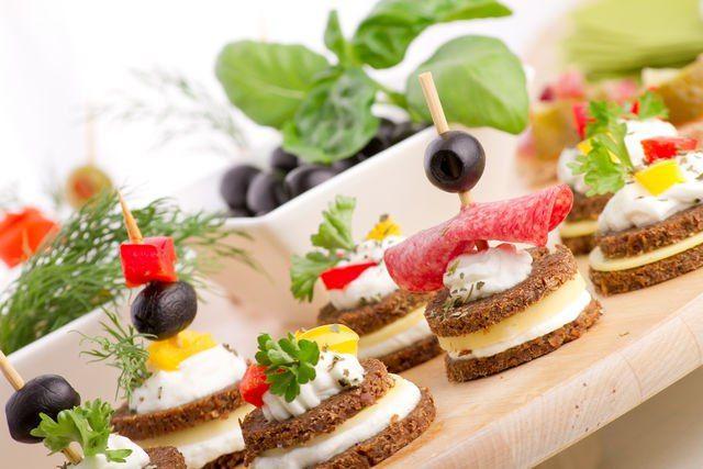 Канапе и тарталетки: 10 летних закусок для пикника Собрать корзину вкусностей на пикник — дело нехитрое. Главное, заблаговременно замариновать мясо для шашлыков. Сделать для пикника быстрые закуски тоже не составит особых трудов. Предлагаем обсудить самые интересные идеи. #едимдома #готовимдома #закуски #канапе #тарталетки #кулинария #какприготовить #советы #идеи #рецепты