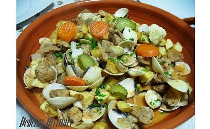 Um prato que muito aprecio é este. Carne de Porco á Alentejana. É um prato simples , mas muito saboroso. As quantidades dependem do números de pessoas que têm á mesa, mas vamos fazer para 4 pessoas. 1Kg de carne de porco cortada aos cubos 1Kg de amêijoas 4 Alhos 3 Folhas de louro 0,5 …