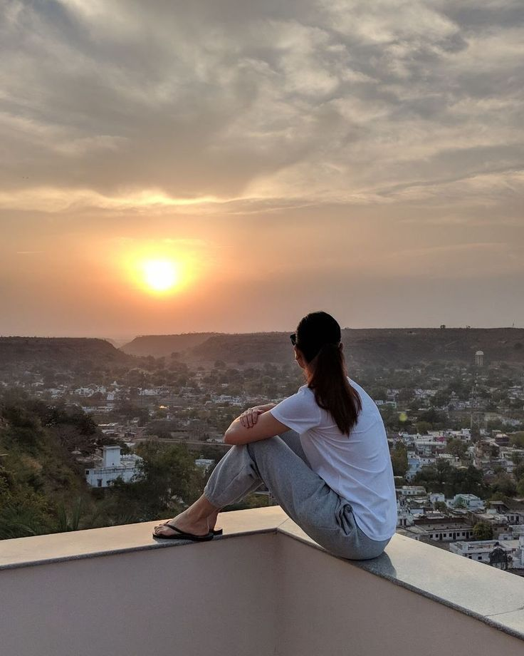 Anushka Sharma watching the sunrise in Chanderi  #suidhaaga #TeamPixel #Pixel2XL #Anushkasharma #virat