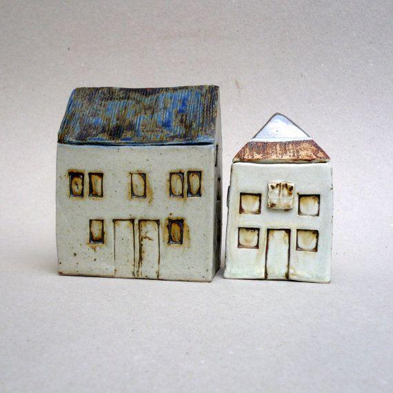Dit huis doet me denken aan traditionele, Schotse boerderijen, robuust en sober.  Gemaakt van hoge ontslagen steengoed klei, hand gebouwd toen de klei nog steeds een beetje zacht is. Ik het geglazuurd met ash glazuren is de as van onze open haard.  Een miniatuur huis collectie te beginnen of deze boerderij toe te voegen aan uw bestaande.  Het formaat van 5 inch groot door 4 inches lang en 2,5 inch breed. (ongeveer: 12,5 cm hoog en 10 cm lang door 6.5 cm breed)  Zal worden zorgvuldig verpakt…