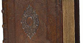 Cómo encuadernar libros con madera. Desde que los romanos crearon los códices que reemplazaron a los pergaminos por su facilidad de lectura, los libros han tenido una gran variedad en su encuadernación. Ya sea para un álbum de fotos, un álbum de recortes, periódicos, autobiografías o incluso para conservar tu libro de bolsillo favorito, recubrir las páginas con tapas de madera al ...