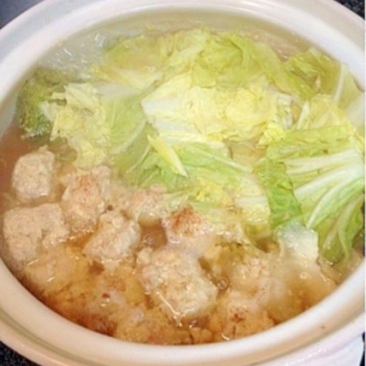 糖質制限レシピ . 「鶏団子の簡単お鍋」 . . <レシピ材 料(3人分)> ●とりひき肉(300g) ●塩(小1) ●卵(1個) ● 酒(大1) ●ごま油(大2分の1) ●しょうがチューブ(小1) ■水(800cc) ■かつおだしの素(スティック:1本) - 白菜(4分の1個) . . 〈作り方〉 . ボウルに「●」の材料を入れて、スプーンでよく混ぜてください。鍋に「■」水800ccを入れて、沸騰したらさきほどのボウルにいれたものを、スプーン2つを使って団子状にして落とします。食べやすい大きさに切った白菜も入れましょう。「■」に、だしの素を上から全体にパラパラと振りかけ、全体に火が通ったら完成です! . . だしは最後に入れて、風味よく仕上げます。小皿にとり、ポン酢などで食べます。残ったスープでたまご雑炊にすると美味しいですよ!. . . . #レシピ #ダイエット #ダイエットレシピ #簡単 #痩せる #おうちでダイエット #diet#低糖質 #炭水化物抜きダイエット #低糖質