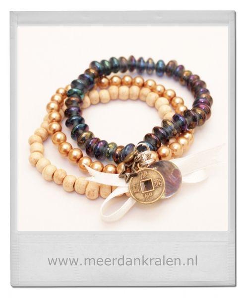 Set van 3 armbandjes op elastiek geregen. 1 armband met blank houten kralen, 1 armband met glazen blauwe schijfjes, 1 armband met gouden gla...