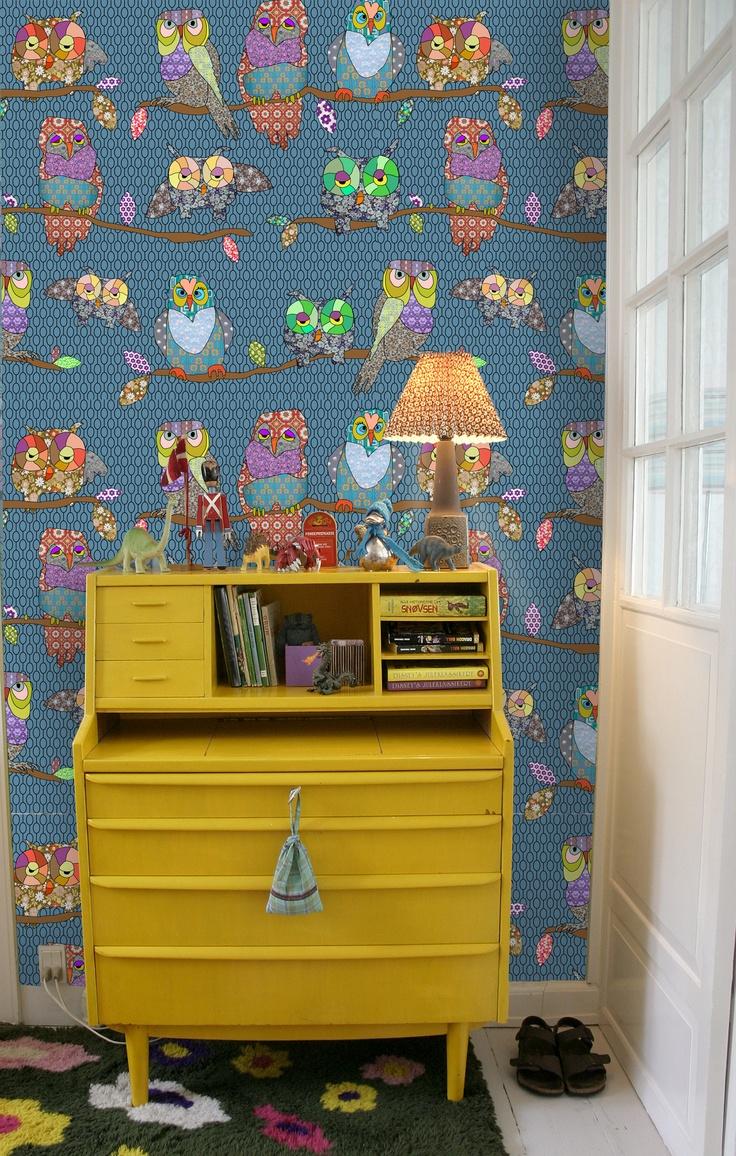 ~Super gaaf behang van Andrea Larsson in combinatie met het gele dressoir~