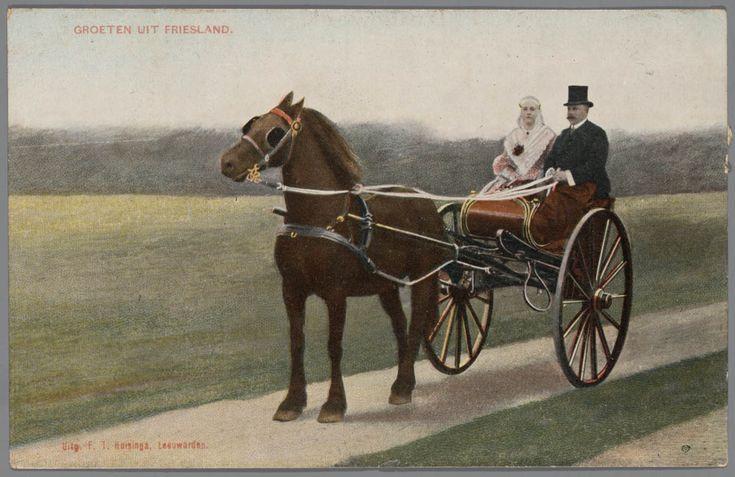 Echtpaar in Friese streekdracht in sjees, 1905-1910 #Friesland