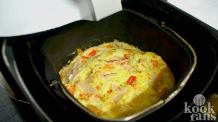 Dit ziet er toch verrukkelijk uit? Ontbijten met een goedgevulde omelet is altijd een goed idee. Niet iedereen heeft echter tijd om 's ochtends in de keuken te staan en bij de pan te blijven om te voorkomen dat je omelet aanbrandt. Gelukkig biedt de airfryer uitkomst. Bak je omelet in de luchtfrite