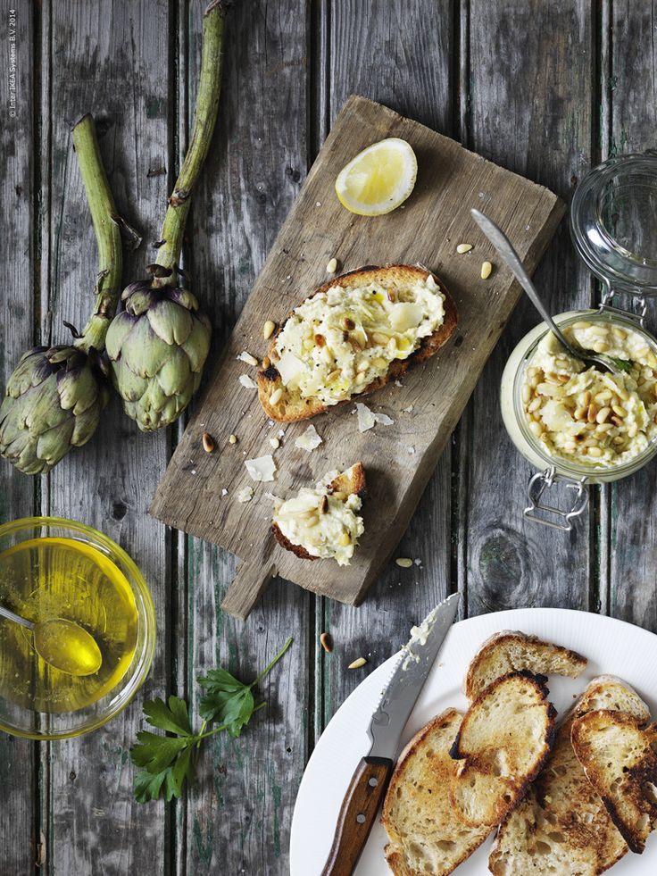 En ljuvlig kronärtskocksröra med parmesan och ricotta är supergott på surdegsbröd eller som tillbehör till grillat. Gör den på färska kronärtskockor eller snabbvarianten av hjärtan på burk. Servera ur KORKEN burk med lock.