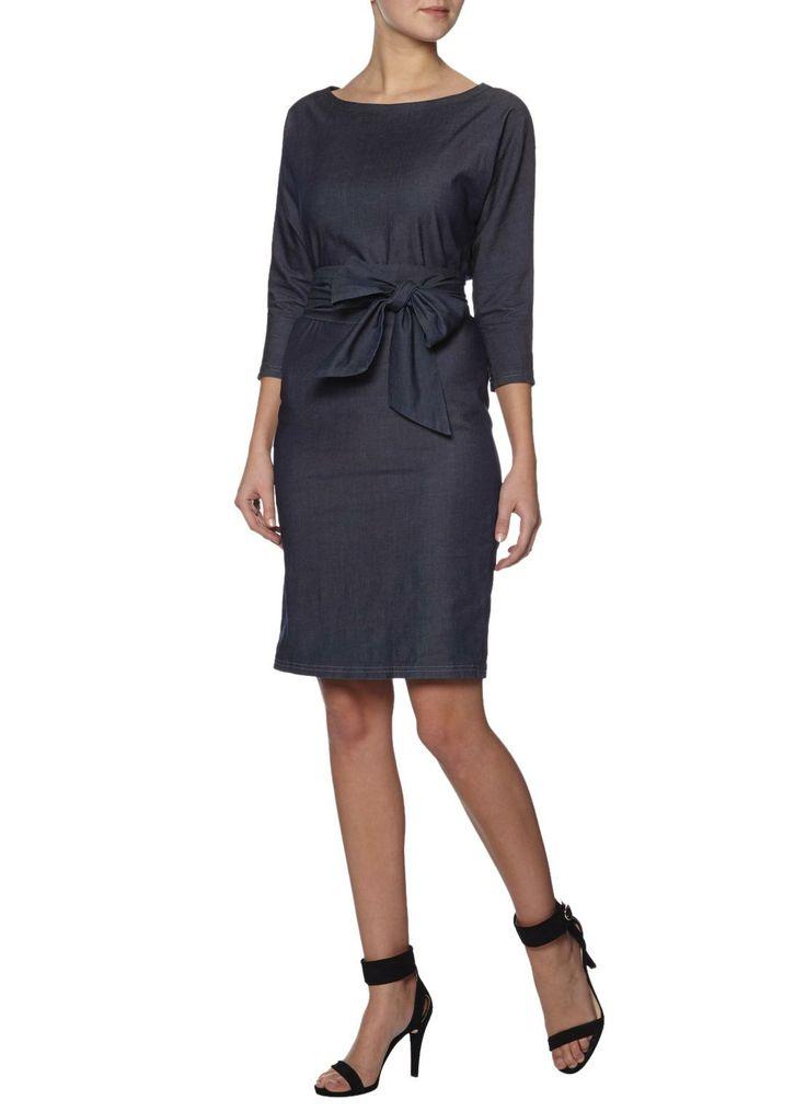 Denim jurk Joan van LaDress heeft een boothals, aangeknipte driekwart mouwen en een breed afneembaar ceintuur in de taille.
