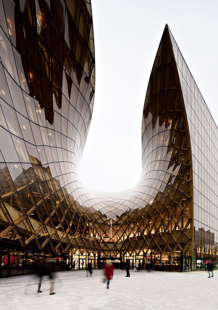 schwedentipps:  Ein tolles Bild vom neuen Einkaufszentrum in Malmö. Emporia heißt es. Der schwedische Nationalarchitekt Gert Wingårdh hat das spektakuläre Gebäude entworfen. (Ob das geschützte Bild aber mit Erlaubnis weiterverbreitet wird, weiß ich nicht.) Mehr Malmö: www.schwedentipps.se/malmoe.html