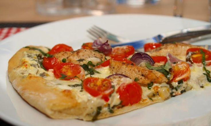 Hvit pizza med kylling, cherrytomater, mozzarella og basilikum – TRINES MATBLOGG