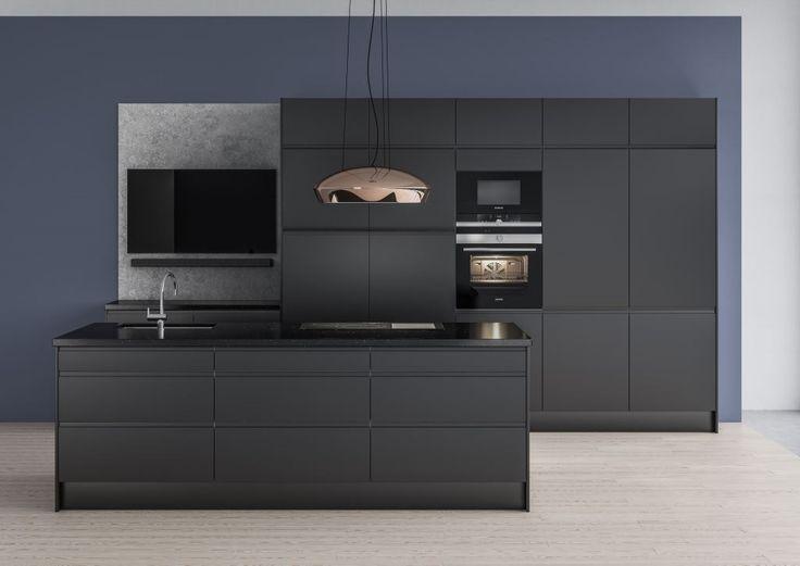 Tässä modernissa keittiössä toisiinsa sopivat värisävyt luovat yhtenäisen vaikutelman. Vapaasti riippuva liesituuletin on tyylikäs ja ainutlaatuinen yksityiskohta. Integroitujen kodinkoneiden ansiosta liesituuletin pääsee oikeuksiinsa ja erottuu kauniina kontrastina mustaa vasten.