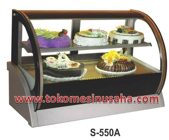 countertop cake showcase adalah rak pendisplay kue yang dapat menghangatkan kue/cake sehingga cake dapat awet. Type : S-550A Dimensi : 150 x 54 x 79 cm Volume : 200 L Power : 550 W Berat : 120 Kg Pendingin : R134A