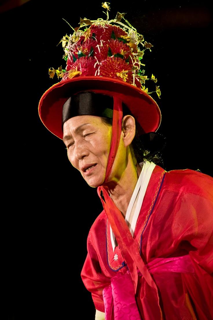 Koreański kut   Mudang - duchowe medium. Szamański rytuał na wodzie. fot. Joanna Stoga
