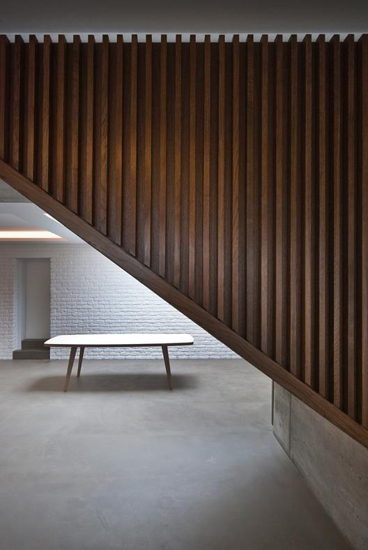 LA SCALA COME ELEMENTO D'ARREDO La ruvida texture del cemento lasciato a vista viene ingentilita dai pannelli in legno di quercia che rivestono la scala.