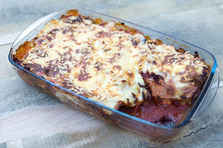 Makkelijk recept om zelf lasagne bolognese te maken zonder pakjes en zakjes. Gezond en lekker met veel groenten, gehakt, tomatensaus en geraspte kaas.