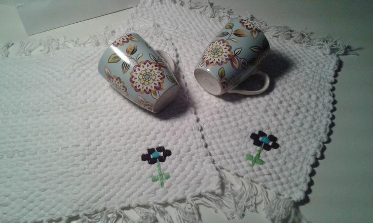 Manteles individuales de totora, tejidos en telar y bordados