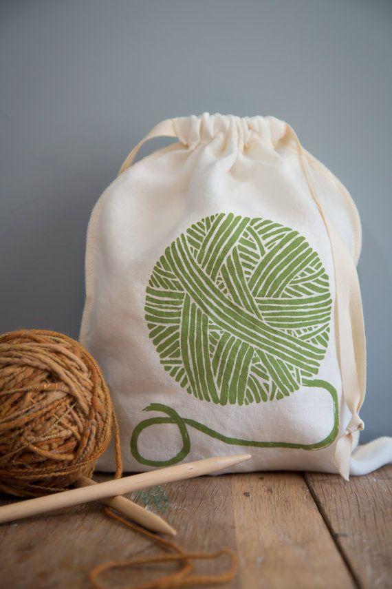 El lazo de la perfecta pequeña bolsa para mantener sus proyectos de tejido organizados y listo de viaje.  También hacen un gran: Producir el bolso para el mercado de agricultores para la nevera Bolsa de regalo que no requiere envoltura Bolsa de pan para el almacenamiento o como un regalo de la anfitriona Bolso de viaje para zapatos o artículos de aseo  la lista sigue y sigue...  Usted recibirá una bolsa mediana con una bola de hilo impresa en verde salvia. Estas bolsas son serged y luego…
