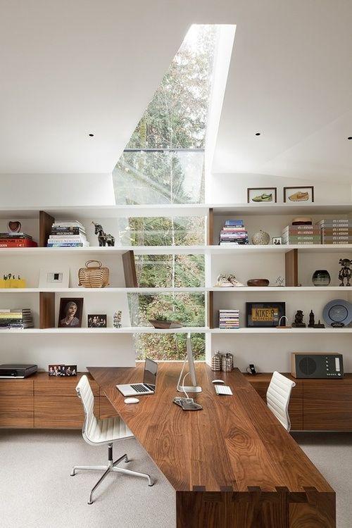Prateleira + mesa + janelas. Todas juntas pra formar o desenho desta sala. Achei incrível!