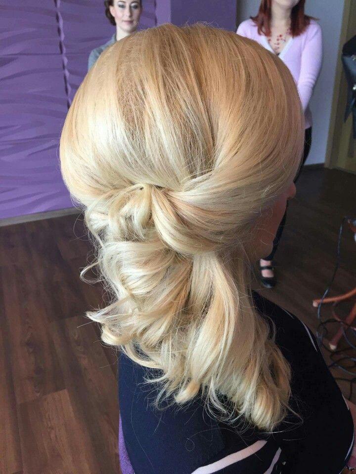 Noémi szép konytot készitett. Ti hogy szeretitek feltűzve vagy oldalra? 😃 www.magdiszepsegszalon.hu  #hair #hairbun #wedding #bridal #konty #esküvőikészülődés #esküvőmlesz #esküvőikonty #menyasszonyihaj #menyasszonyikonty #szépségszalon #beautysalon #hairdresser #fodrász