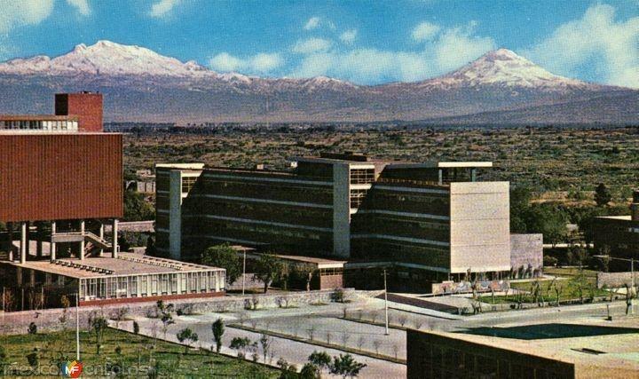 Escuelas de Medicina y Veterinaria con los volcanes al fondo