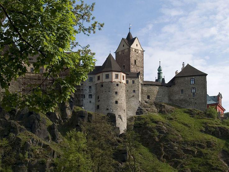 Gotický hrad Loket stojí na skále obtékané řekou Ohří ve tvaru ohnutého lokte. Ve středověku se hradu říkalo klíč ku Království českému (kdo údajně dobude Loket, dobude celé Česko). Na hradě byl vězněn 3letý Karel IV.; ten později jako král hrad Loket zahrnul do návrhu zákoníku Majestas Carolina mezi tzv. nezcizitelné hrady. Zajímavosti: děsivá expozice tortury; v r. 1422 k hradu dopadlo dnes jedno z nejstarších uchovaných meteorických želez na světě.