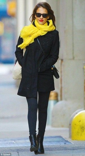 Jessica Alba Photos - Jessica Alba wears a bright yellow scarf, adding a pop of color to her otherwise all black ensemble. - Jessica Alba Enjoys A Stroll In The City 2 Jessica Alba Style, Fashion Mode, Look Fashion, Fashion Trends, Look Star, Look 2015, Winter Mode, Inspiration Mode, All Black Outfit